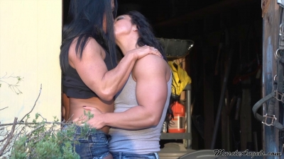muscle girls kissing, Jennifer Scarpetta and Megan Abshire