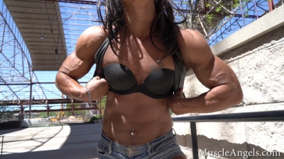 Mighty Heidi  intense flexing with ab control and most musculars